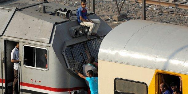 Photo prise le 12 août 2017 au Caire, deux jours après la catastrophe ferroviaire qui a causé la mort d'au moins 49 personnes, démontrant l'absence de règles de sécurité à bord des trains en Egypte.