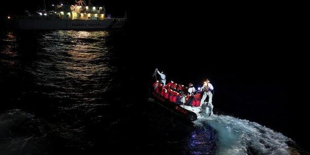 Migrants: de nouvelles ong suspendent leur action en mediterranee[reuters.com]