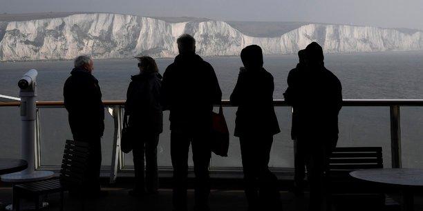 Un ferry quitte Douvres, en Angleterre, pour Calais, en France.