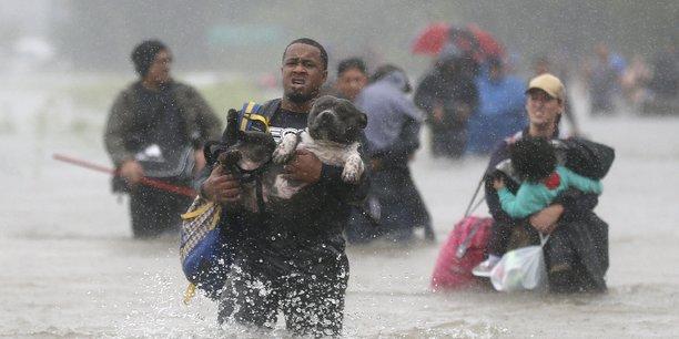 Les inondations historiques provoquées par Harvey, qui stationne depuis plusieurs jours au-dessus de la région de Houston, ont déjà fait neuf morts et des dégâts estimés à plusieurs milliards de dollars.