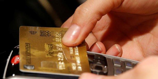 Les deux tiers des cartes bancaires en circulation sont désormais sans contact. La part dépasse 79% à Paris, selon le Groupement des Cartes Bancaires CB.