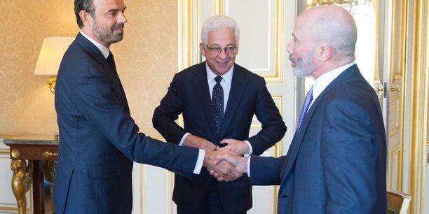 Edouard Philippe a lui-même posté sur son compte Twitter lundi soir cette photo de sa rencontre avec le Pdg de Chubb, Evan Greenberg (à droite) et le directeur juridique de l'assureur, Joseph Wayland (au centre).