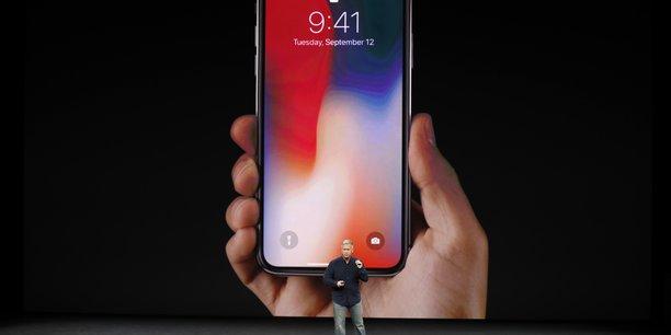 Le clou de la soirée de keynote d'Apple a évidemment été la présentation de l'iPhone X, le très attendu modèle anniversaire de luxe, qui constitue d'après Tim Cook la plus grande avancée depuis l'iPhone original en 2007.