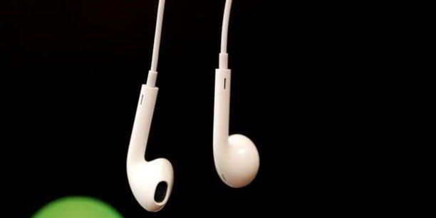 Version moderne de l'enregistrement sur une cassette d'une chanson entendue à la radio, le stream ripping, de plus en plus populaire, déclenche la fureur de l'industrie musicale.
