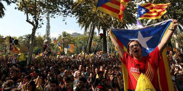 Des partisans de l'indépendance se pressent devant la Haute cour de justice catalane à Barcelone, jeudi 21 septembre.