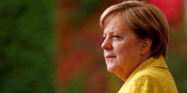 Angela Merkel, qui entame son quatrième mandat affaiblie par le résultat des élections législatives du 24 septembre, envisage de constituer une alliance entre son bloc conservateur, les libéraux du FDP et les écologistes.