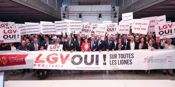 La présidente de Région, Carole Delga, entourée des décideurs présents sur cette journée d'action : un cliché destiné à l'Élysée sur Twitter