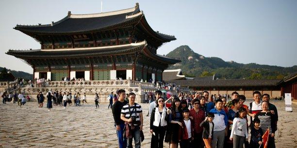 Des touristes chinois devant le palais de Gyeongbok à Séoul, en Corée du Sud, le 5 octobre 2016.