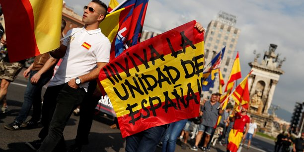 Des manifestants en faveur de l'intégrité territoriale espagnole qui répondent aux manifestations des séparatistes catalans