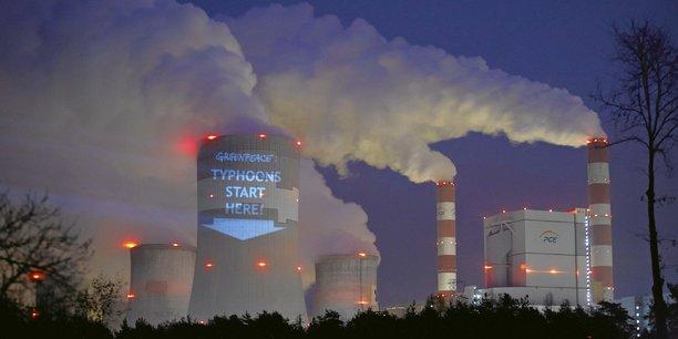 Les ouragans partent d'ici avertit Greenpeace sur l'une des cheminées de la centrale à charbon de Belchatow, en Pologne.