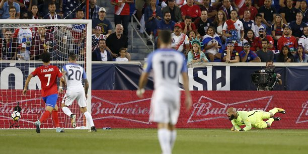 Le gardien des Etats-Unis Tim Howard (au sol), encaisse un but face au Costa-Rica, le 1er septembre.