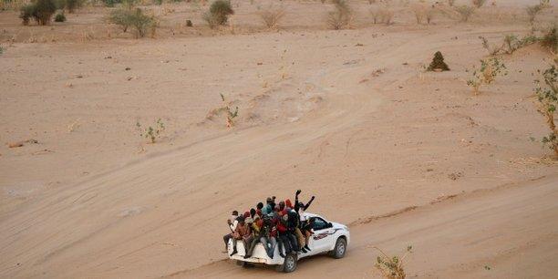Des migrants clandestins se dirigeant vers le désert libyen, depuis Agadez au Niger, le 9 mai 2016.