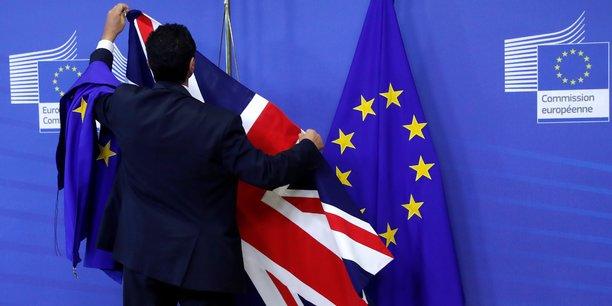 Selon les calculs de Rabobank, un hard Brexit coûterait quelque 400 milliards de livres (18% de croissance du PIB) au Royaume-Uni d'ici à 2030, soit 11.500 livres (12.900 euros) par habitant.