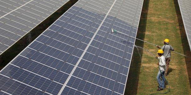 Des travailleurs nettoient des panneaux photovoltaïques à Gujarat, en Inde.