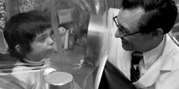David Phillip Vetter (1971-1984) était atteint du Déficit immunitaire combiné sévère (DICS - SCID en anglais), une maladie héréditaire qui affaiblit considérablement le système immunitaire.