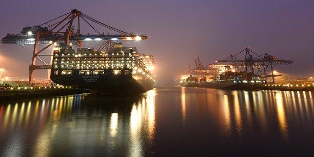 Un porte-conteneurs dans le port de Hambourg.