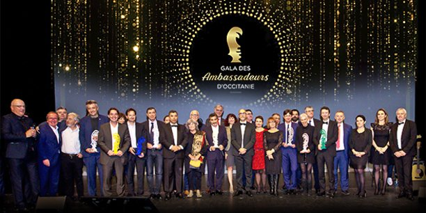 L'ensemble des lauréats et partenaires, réunis sur scène en clôture du 1er Gala des Ambassadeurs d'Occitanie
