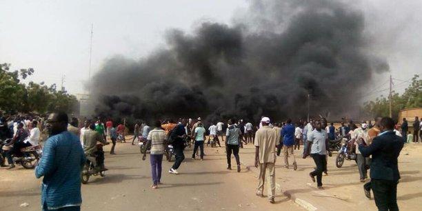 Selon le ministère nigérien de l'Intérieur, vingt-trois policiers ont été blessés et un commissariat a été incendié dimanche à Niamey par des manifestants qui protestaient contre la loi de Finances 2018.