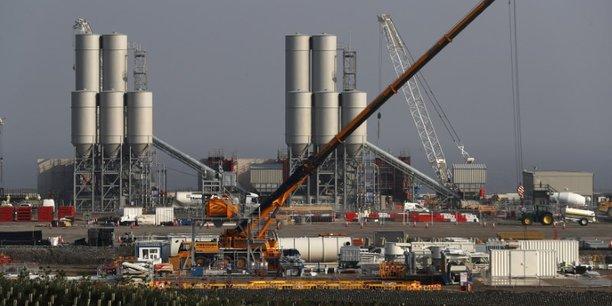 La commission souligne que les autres projets similaires utilisant le réacteur EPR (en France, Finlande et Chine) ont tous enregistré des surcoûts ou des délais, pointant un risque de retard.