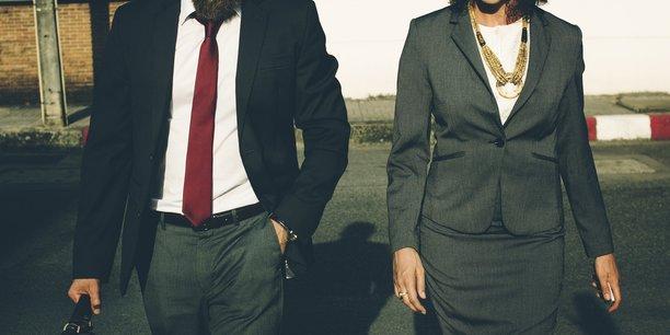 La loi a fixé en 2011 un objectif de 40% de femmes en 2017 dans les conseils d'administration et de surveillance des sociétés cotées, sous peine de sanctions (annulation des nominations et non-versement des jetons de présence).