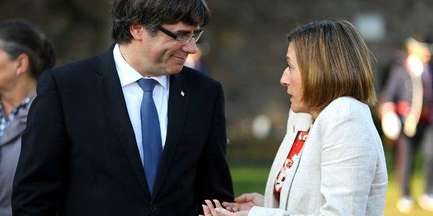 Alors que le président destitué de la Généralité de Catalogne, Carles Puigdemont vient de s'exprimer devant la presse depuis Bruxelles, la présidente du Parlement catalan, également destituée, Carme Forcadell, est convoquée devant la Cour suprême. (Photo : les deux personnalités, le 15 octobre 2017, à Barcelone)