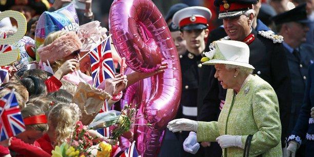 Au Royaume-Uni, une dizaine de millions de livres sterling d'avoirs de la reine Elizabeth II ont été placés dans des fonds aux Iles Caïmans et aux Bermudes, selon la BBC et The Guardian.