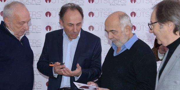 Jean-Marc Quarin au Salon des Outsiders entre les acteurs François Berléand, à gauche, et Gérard Jugnot, à droite.