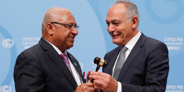 Salaheddine Mezouar, président de la COP 22, remet la présidence à Frank Bainimarama, le nouveau président de la COP 23, lors de la session d'ouverture de la Conférence COP23 des Nations Unies sur les changements climatiques, organisée par les Fidji à Bonn. Le 6 novembre 2017.