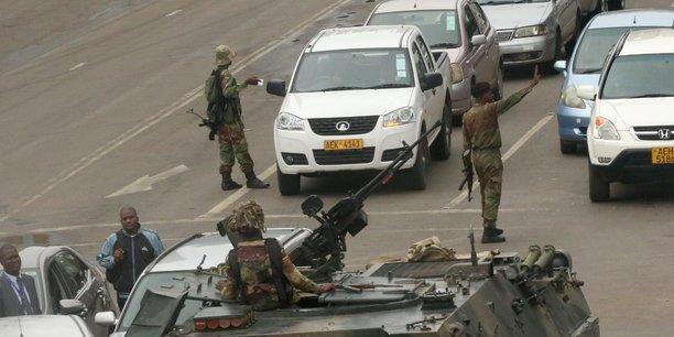Des unités blindées patrouillant dans les rues de la capitale zimbabwéenne Harare, ce 15 novembre 2015.