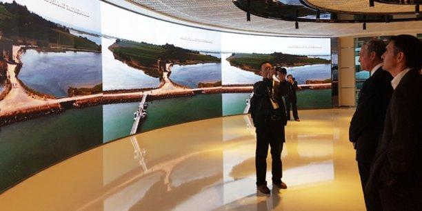 Philippe Saurel (à droite), lors de la visite de la tour CECC à Chengdu