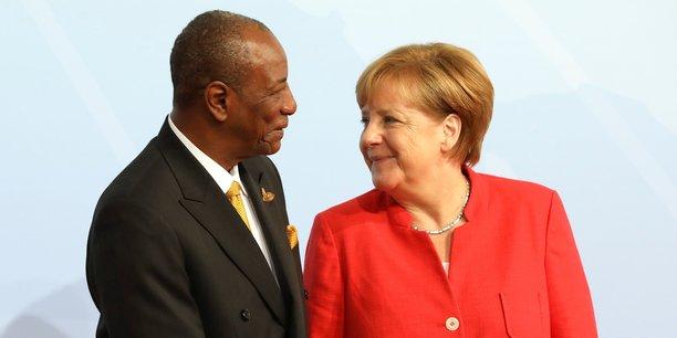La chancelière allemande Angela Merkel accueillant le président guinéen Alpha Condé au début du sommet des dirigeants du G20 à Hambourg, en Allemagne, le 7 juillet 2017.