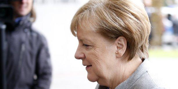 Merkel a précisé lundi soir qu'elle préférerait un retour aux urnes plutôt qu'un gouvernement minoritaire noir-vert (CDU-CSU et écologistes) avec un soutien parlementaire au cas par cas du SPD.