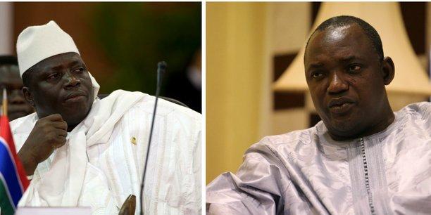 A gauche, l'ancien président gambien, Yahia Jammeh. A droite, son successeur, Adama Barrow.