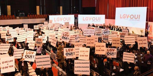 Les 500 participants au rassemblement affichent leur soutien aux deux projets de LGV régionales