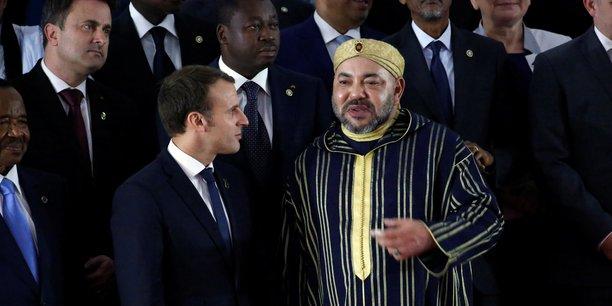 Le roi Mohammed VI du Maroc aux cotés du président français Emmanuel Macron lors du sommet UE-UA d'Abidjan.