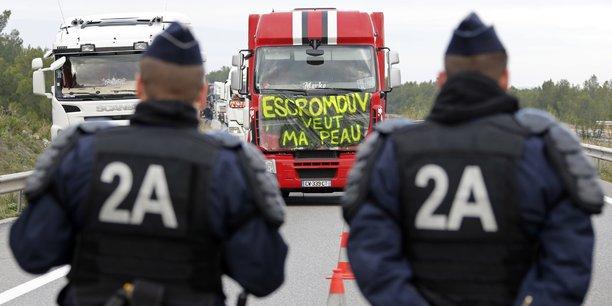 L'Etat français n'avait pas su endiguer la fronde des Bonnets rouges, à base de manifestations et de sabotages d'installations, contre le projet de taxe poids-lourds lancé en 2013 par Ségolène Royal, la ministre de l'Ecologie du gouvernement de François Hollande.