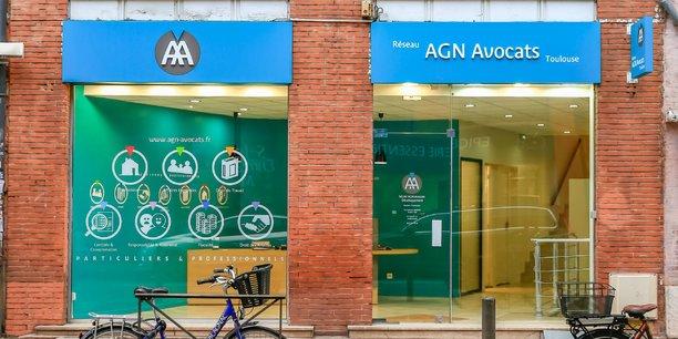 La vitrine de l'agence est au centre du conflit.