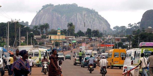 Duékoué est située dans une zone forestière et montagneuse de la région du Guémon, à l'ouest de la Côte d'Ivoire, proche du Libéria et de la Guinée.