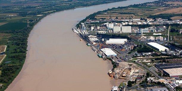 Vue du terminal portuaire de  Bassens, à l'aval de Bordeaux.
