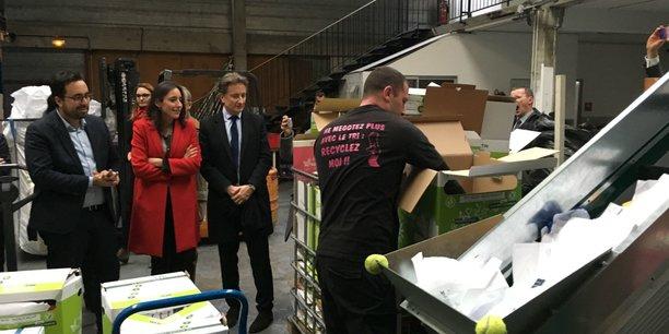 À gauche, les deux membres du gouvernement découvrent le processus de traitement des déchets développé par Easy Tri.