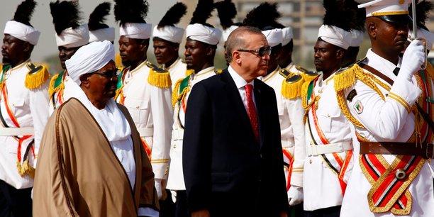 Recep Tayyip Erdoğan, le président turc, en compagnie de son homologue soudanais Omar El Béchir, à son arrivée à Khartoum dimanche 24 décembre.