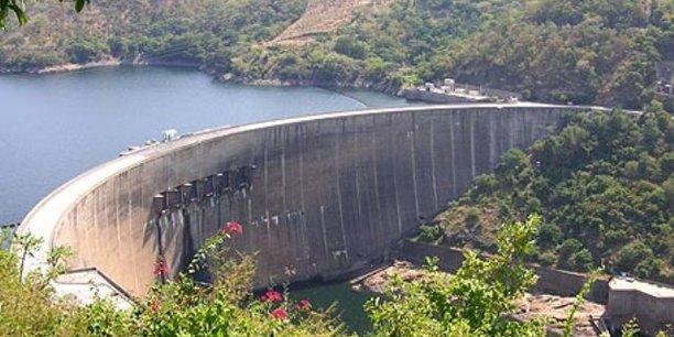 Le barrage hydroélectrique de Kariba, situé dans les gorges de Kariba du bassin du Zambèze, entre la Zambie et le Zimbabwe.