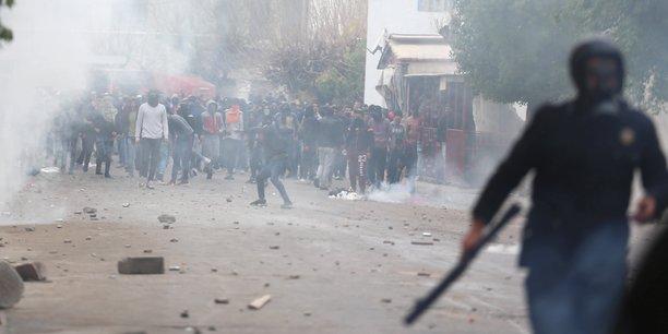 Des heurts ont éclaté, mardi 9 janvier à Tebourba (une trentaine de kilomètres à l'ouest de de la capitale Tunis) entre manifestants et forces de l'ordre, après l'enterrement d'un jeune homme, décédé lors des manifestations de la veille.