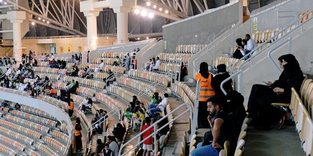 En arabie saoudite, des femmes ont assiste a un match de football masculin[reuters.com]