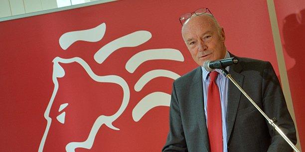 Alain Rousset devant le symbole de la Nouvelle-Aquitaine