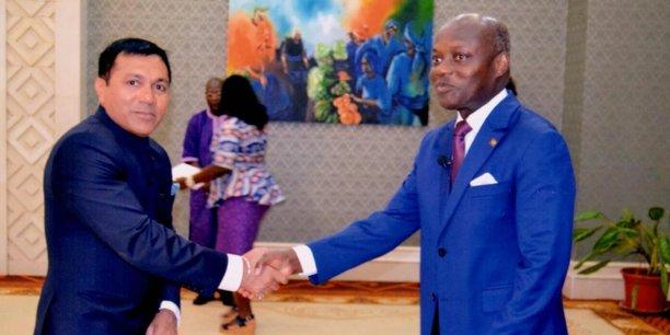 L'Ambassadeur indien Shri Rajeev Kumar présentant sa lettre de créance au Président de la Guinée-Bissau José Mário Vaz le 26 avril 2017 à Bissau.