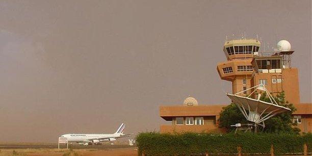 A défaut de la libéralisation du ciel africain, ce sont les compagnies étrangères qui dominent le trafic sur le Continent. Ici, un avion d'Air France sur le tarmac de l'Aéroport de Niamey au Niger.