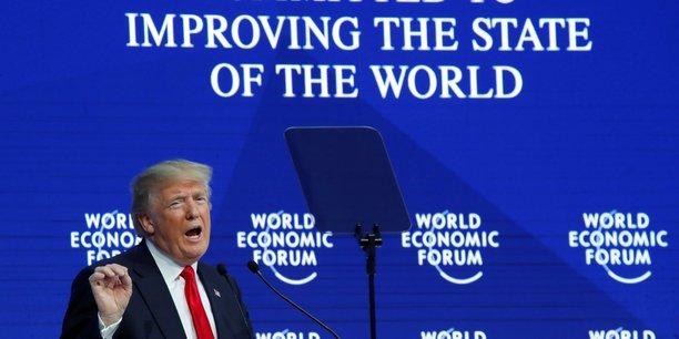 A Davos, le président des Etats-Unis s'est auto-congratulé, décrivant une Amérique aux portes de la prospérité, et vantant longuement sa réforme fiscale, conçue comme un moyen d'attirer aux Etats-Unis emplois et capitaux. Il a cité le cas de Apple, qui a dit vouloir réinvestir « 350 milliards de dollars », ce qu'il a présenté comme un des succès de son action.