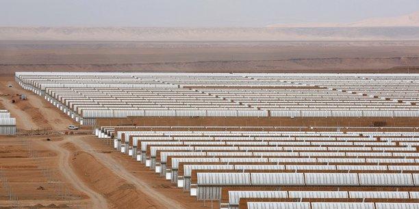 Vue aérienne d'une partie des installations de la station solaire Noor, près de la ville de Ouarzazate au Maroc.