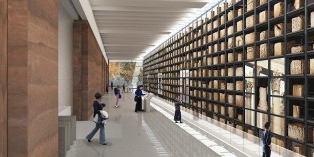 Au centre du musée, le mur des lapidaires, riche de près de 2 000 éléments (fragments d'architecture, bas-reliefs, inscriptions).
